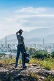 Donna su una cima di una collina Immagini Stock Libere da Diritti