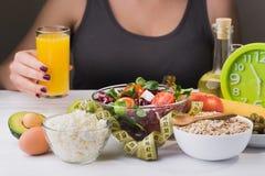 Donna su una dieta Alimento sano ed adeguato Fotografia Stock Libera da Diritti