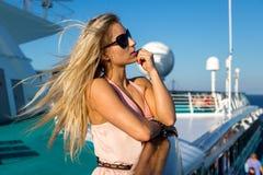 Donna su una nave da crociera Immagini Stock Libere da Diritti