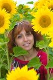 Donna su una priorità bassa dei girasoli Fotografie Stock