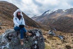 Donna su una roccia fotografia stock libera da diritti