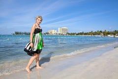 Donna su una spiaggia fotografia stock libera da diritti
