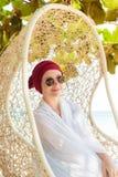 Donna su una spiaggia tropicale Fotografie Stock