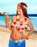 Donna in succo della bevanda del costume dell'Hawai Fotografia Stock Libera da Diritti