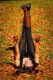 Donna sui fogli Fotografia Stock
