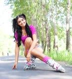 Donna sui pattini di rullo fotografie stock libere da diritti