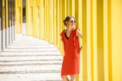 Donna sui precedenti gialli della costruzione Fotografie Stock Libere da Diritti