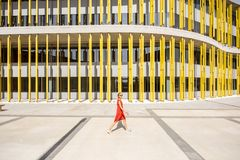 Donna sui precedenti gialli della costruzione Fotografia Stock Libera da Diritti