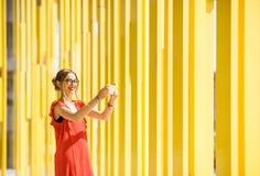 Donna sui precedenti gialli della costruzione Immagine Stock Libera da Diritti
