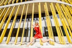 Donna sui precedenti gialli della costruzione Fotografie Stock