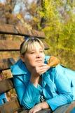 Donna sul banco Fotografia Stock
