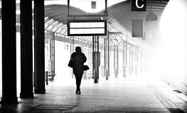 Donna sul binario della stazione Fotografie Stock