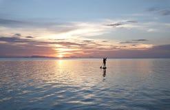 Donna sul bordo di pagaia nel mare Fotografie Stock Libere da Diritti