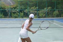 Donna sul campo da tennis Immagini Stock Libere da Diritti