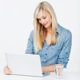 Donna sul computer portatile Fotografia Stock Libera da Diritti