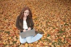 Donna sul computer portatile all'esterno fotografie stock libere da diritti