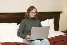 Donna sul computer portatile in base Immagine Stock