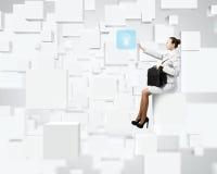 Donna sul cubo immagine stock libera da diritti