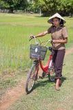 Donna sul giacimento del riso Fotografie Stock Libere da Diritti