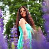 Donna sul giacimento di fiore dentellare Fotografie Stock