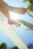 Donna sul hammock immagine stock