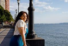 Donna sul lato dell'acqua Immagini Stock Libere da Diritti