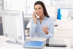 Donna sul lavoro sulla chiamata della linea terrestre Fotografia Stock
