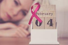 Donna sul letto, giorno del cancro al seno del mondo sul calendario Fotografia Stock Libera da Diritti