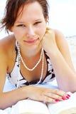 Donna sul libro di lettura della spiaggia Fotografie Stock Libere da Diritti