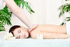 Donna sul massaggio della spalla Immagini Stock Libere da Diritti