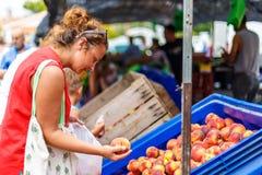 Donna sul mercato di frutta della via in Spagna Fotografia Stock