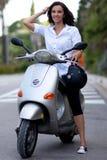 Donna sul motorino Fotografia Stock