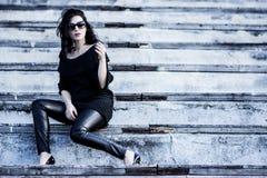 Donna sul nero d'uso dello stadio Fotografie Stock