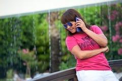 Donna sul ponte che parla sul telefono fotografia stock libera da diritti