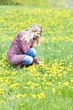 Donna sul prato della molla Fotografia Stock Libera da Diritti