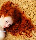 Donna sul secca su terra Fotografie Stock Libere da Diritti
