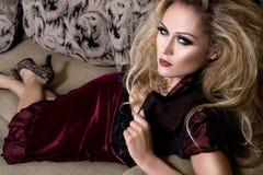 Donna sul sofà Immagini Stock