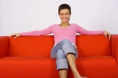 Donna sul sofà immagini stock libere da diritti
