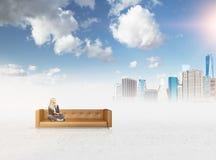 Donna sul sogno del sofà Immagine Stock Libera da Diritti
