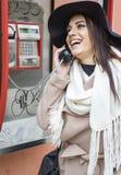 Donna sul telefono pubblico fotografie stock libere da diritti