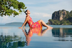 Donna sul viaggio della Tailandia che si rilassa alla spiaggia di Krabi immagine stock libera da diritti