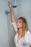 Donna sull'acquazzone Fotografia Stock
