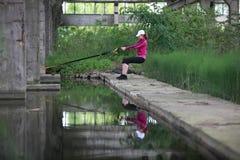 Donna sull'addestramento all'aperto della sospensione Fotografia Stock