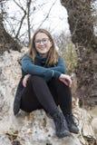 Donna sull'albero che gode del giorno fotografia stock libera da diritti