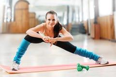 Donna sull'allenamento di forma fisica Fotografia Stock