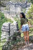 Donna sull'allerta rocciosa Fotografia Stock Libera da Diritti