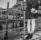 Donna sull'argine a Venezia, Italia che tiene maschera veneziana fotografia stock libera da diritti