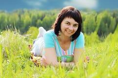 Donna sull'erba Immagini Stock