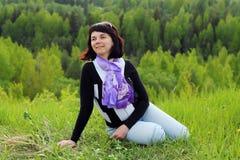 Donna sull'erba Fotografia Stock