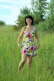 Donna sull'erba Fotografie Stock